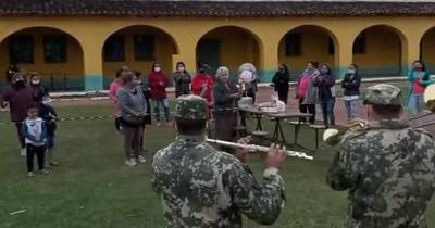 (VIDEO) Milicos le festejan su cumple a una abu que está en cuarentena