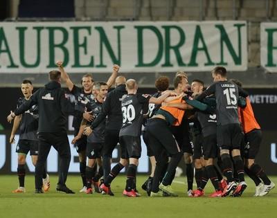 Werder Bremen logra la permanencia