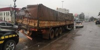 HOY / Camión de gran porte, desde ayer se encuentra varado sobre la Ruta Transchaco