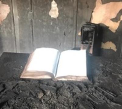 Incendio consume iglesia, a excepción de Biblia