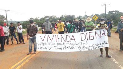Indígenas de Canindeyú cierran ruta para exigir construcción de viviendas