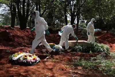 Brasil suma 1.254 muertes y 45.305 casos en el día del positivo de Bolsonaro