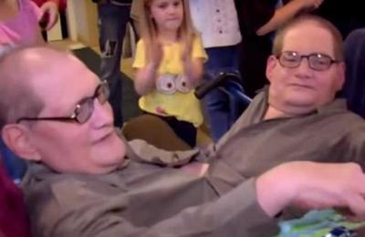 Fallecieron Ronnie y Donnie, los siameses más longevos del mundo