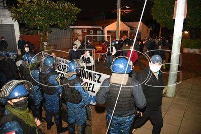 Ñembyenses se manifestan frente a la casa de Sandra Quiñónez, exigiendo celeridad en investigaciones
