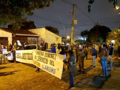 Escrachan a Quiñónez por denuncia que duerme contra Lanzoni