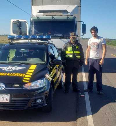 Viralizan a oficial de Caminera por ayudar a un hombre que quedó sin combustible y sin señal