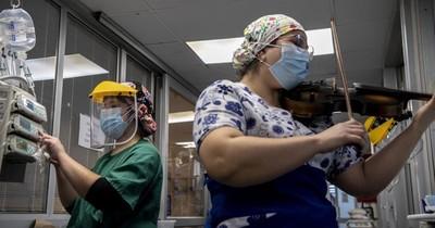 La enfermera y su violín dan una nota de aliento a pacientes de COVID-19 en Chile
