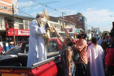 Realizan una procesión con el Santísimo Sacramento y bendicen a los trabajadores del Mercado 4