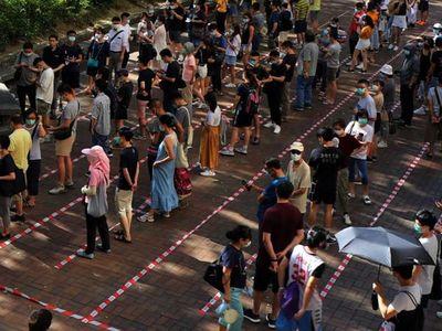 Los prodemócratas votan en Hong Kong pese a amenazas