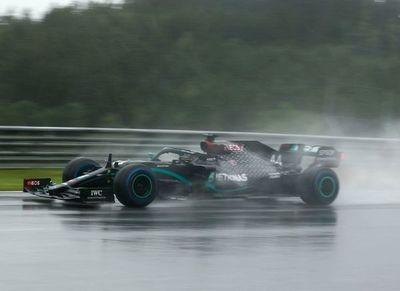 Hamilton mostró su nivel bajo lluvia y sale en punta