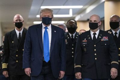 Trump se muestra con tapabocas por primera vez, mientras el coronavirus se expande por EE.UU.
