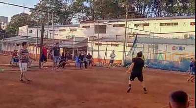 """""""Torneo"""" de piki vóley en la cárcel de CDE"""