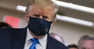 Trump sorprende usando tapabocas