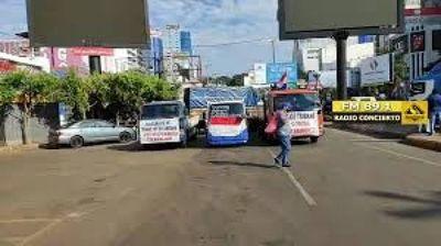 CDE: Transportistas de cargas mantienen bloqueadas la entrada y salida del país