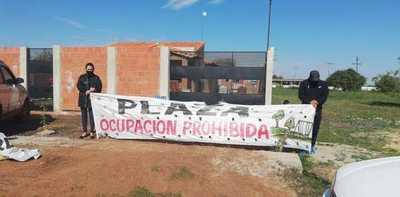 Vecinos ya no saben qué hacer porque intendente «no tiene corazón» para desalojar a compradores de futura plaza