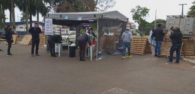 Docentes de Ponta Porã entregan tareas a través de toldos de delivery fronterizo en Pedro Juan Caballero