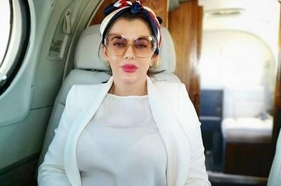 """Dios los cría y ellos se juntan. Mientras Friedmann negocia con la merienda escolar, su """"primera dama"""" viaja a costa del Estado"""