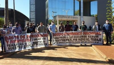 Con manifestación, ingenieros que ganaron concurso exigen ingresar a ANDE para trabajar