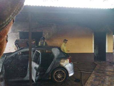 Desconocidos incendiaron vehículo y parte de una vivienda en Pedro Juan Caballero